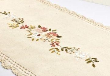 Hímzett virágmintás horgolt díszterítő
